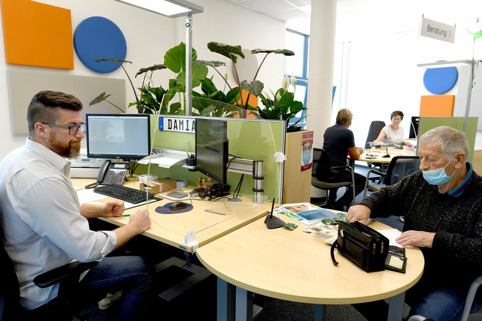 Neben offen gehaltenen Beratungsbereichen gibt es auch ein geschlossenes Büro, das vor allem genutzt wird, wenn sensible Daten berührt werden.