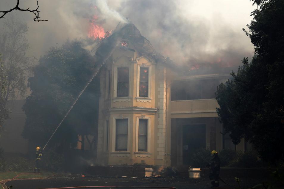 Feuerwehrleute löschen ein brennendes Gebäude an der Universität von Kapstadt.