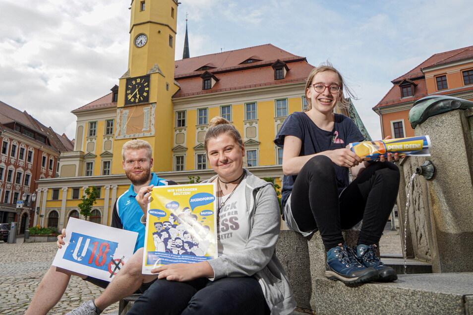 Alexander Kriedel, Katja Kluge und Laeticia Gust (v.l). engagieren sich beim Bautzener Jugendforum. Gemeinsam werben sie dafür, dass junge Leute bei der U-18-Wahl ihre Stimme abgeben.