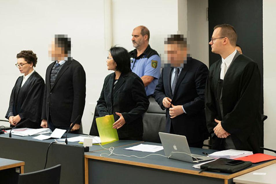 Der Vizekonsul Battushig B. (2.v.l.) und sein Chauffeur Erdenebayar S. (r.) wurden im Juni 2020 wegen Heroinschmuggels verurteilt.