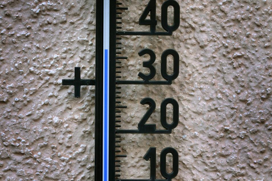 37 Grad Celsius zeigt ein Außenthermometer.