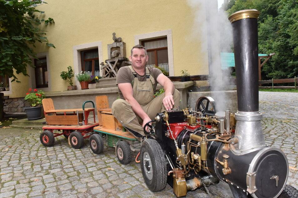 Martin Mäke ist für die Mini-Dampfmaschine ein bisschen zu groß. Deshalb überlässt er die Fahrten für die Kinder am Wochenende einem Kumpel.