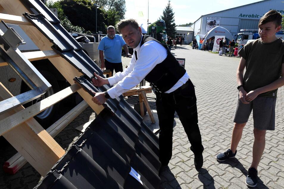 Maximilian Stockmann aus Mittweida lässt sich von Dachdeckermeister Stephan Kunze erklären, worauf es in dem Handwerk ankommt.