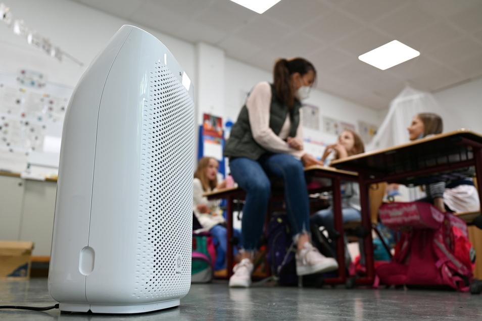Ein mobiler Luftfilter steht in einer Klasse.