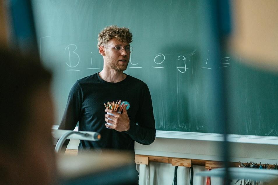 Maximilian Richter unterrichtet an der Oberschule Elstra. Studiert hat er Geographie und Deutsch auf Lehramt; weil es an seiner Schule aber an Sportlehrern mangelt, unterrichtet er jetzt auch Sport.