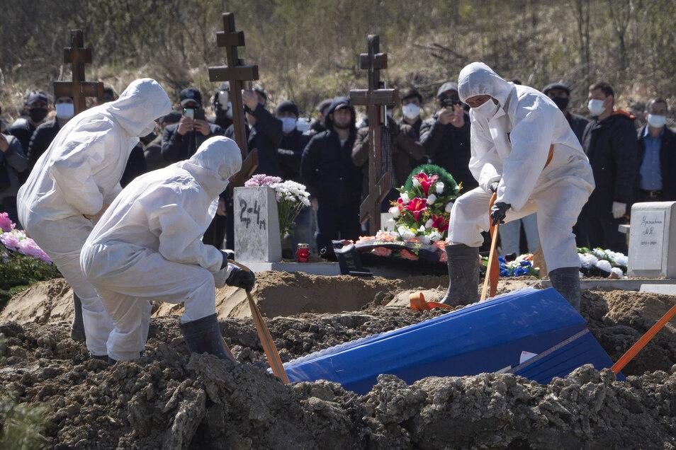 Beerdigung eines Covid-Toten in Russland. In einigen Ländern hat das Coronavirus zu einer erhöhten Sterblichkeitsrate in der Bevölkerung geführt.