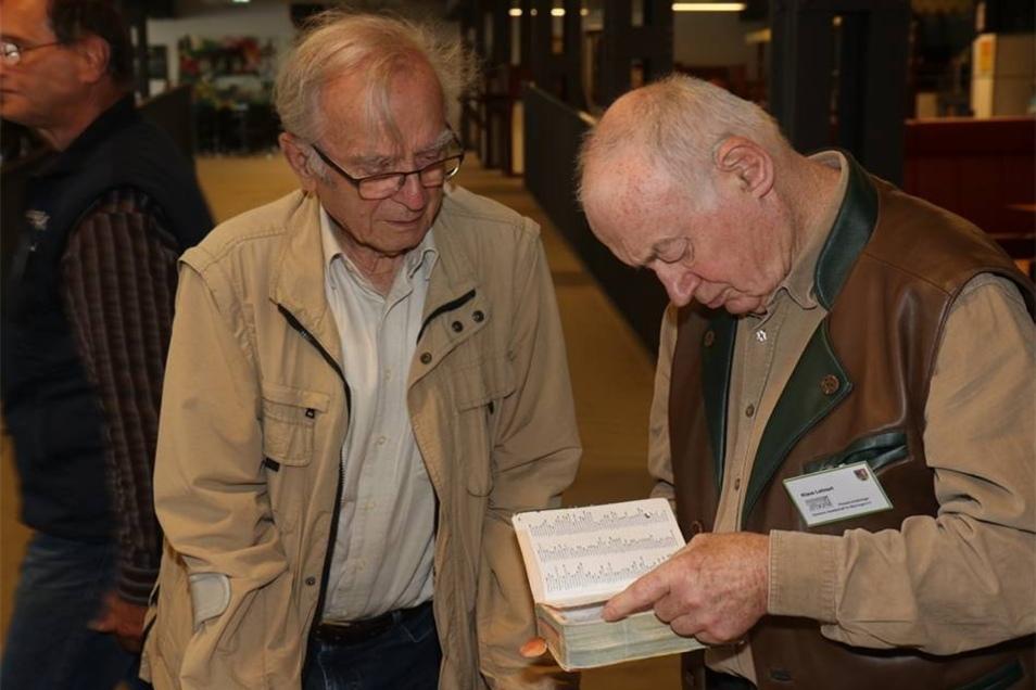 Pilzsachverständiger Klaus Lehnert (rechts) blättert zusammen mit Hernn Hohlfels aus Lauba,der jede Löbauer Pilzausstellung besucht, in der Fachliteratur.