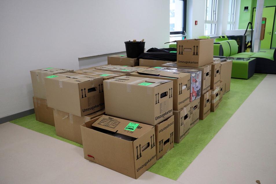 Die Kartons müssen in den Ferien noch ausgepackt werden. Auf der farbigen Fläche sollen Sitzmöbel (hinten) dann eine Art Insel im Flur bilden.