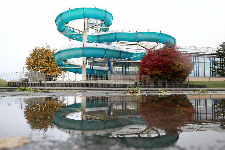 Die Planung wird auf ein Schwimmerbecken mit fünf Bahnen und Nichtschwimmerbecken ausgerichtet. In der Grundvariante wird auf Attraktions- und Freizeitelemente im Neubau verzichtet.
