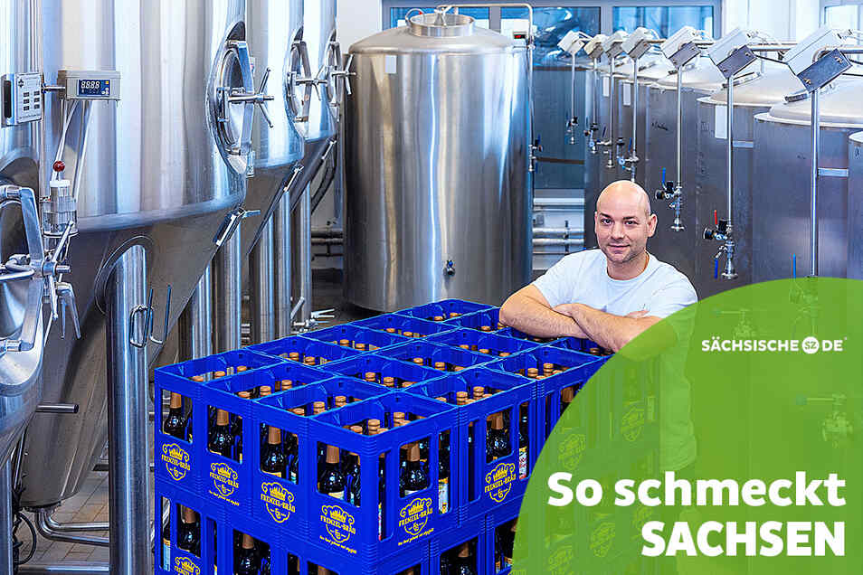 Tobias Frenzel zeigt in seiner Brau-Manufaktur in Bautzen den Werdegang des Biers: Hinten stehen die Braukessel, vorn die Kästen mit dem frischen Bier.