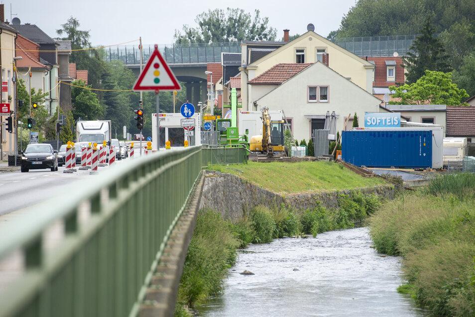 Bis Oktober wird die Brücke gebaut und steht die Ampel auf der Müglitztalstraße in Dohna.