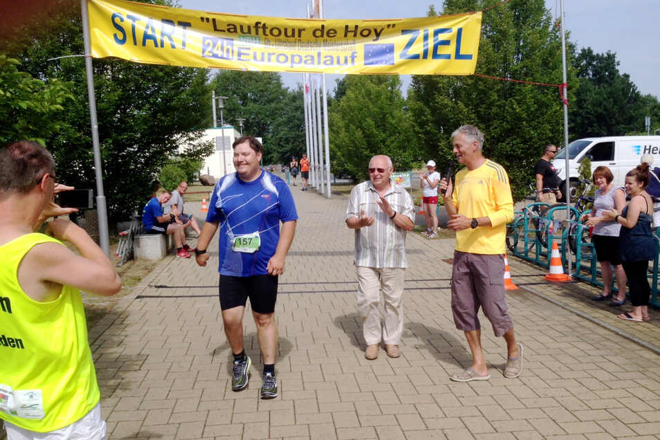 Rainer Schlachte (in Blau) am 10. Juni 2018 nach seinem vollendeten ersten Marathon bei den Europaläufen. 2020 war er ganz stark im Niederlausitzcup.