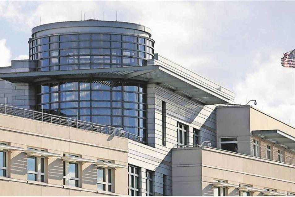 Antennen und verspiegelte Fenster am Dachgeschoss der Berliner US-Botschaft im Normalformat und mit einer Infrarot-Wärmebildkamera aufgenommen. Von hier aus soll die Abhöraktionen gegen die Kanzlerin technisch unterstützt worden sein. Foto: Reuters