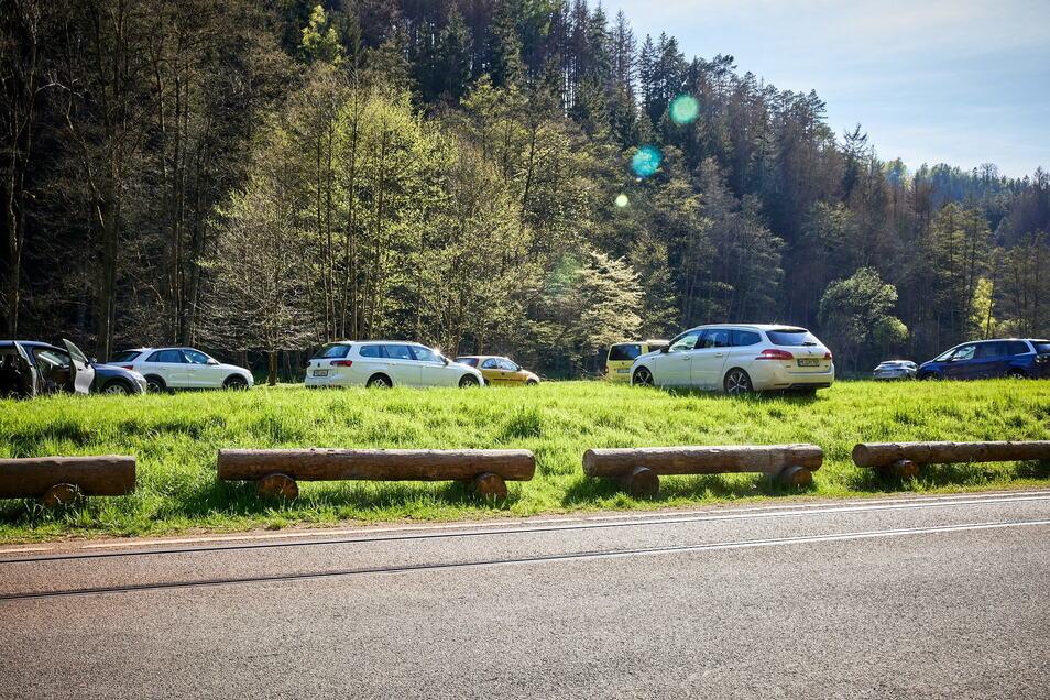 Kirnitzschtal an einem Wochenende Anfang Mai: Autos parken wild auf einer Wiese im Nationalpark.