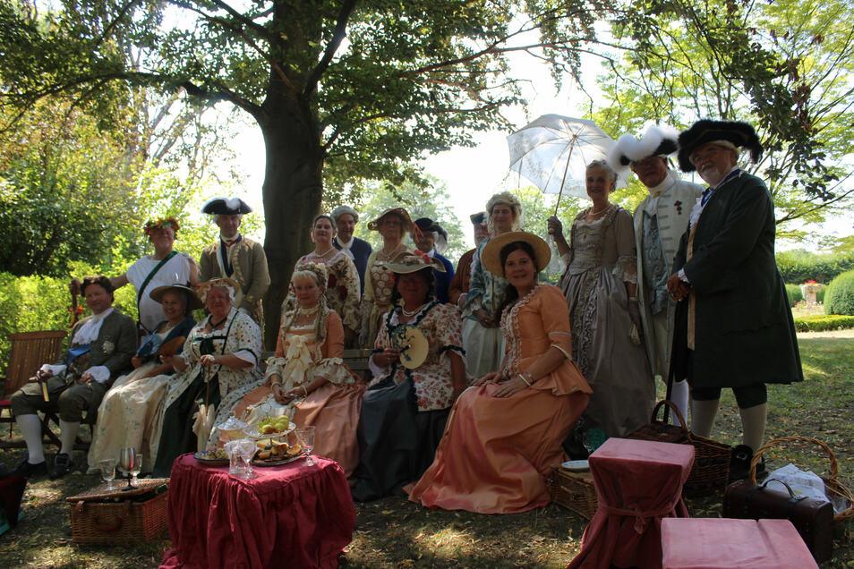 Etwa die Häfte des 26 Mitglieder großen Vereins sind nach Diesbar-Seußlitz gekommen. Bacchus (hinten links) und die beiden ehemaligen Ortsweinköniginnen Katharina Lai (4.v.r.) und Hanka Simon (5.v.r.) begrüßten die illustre Gesellschaft mit einem Picknick