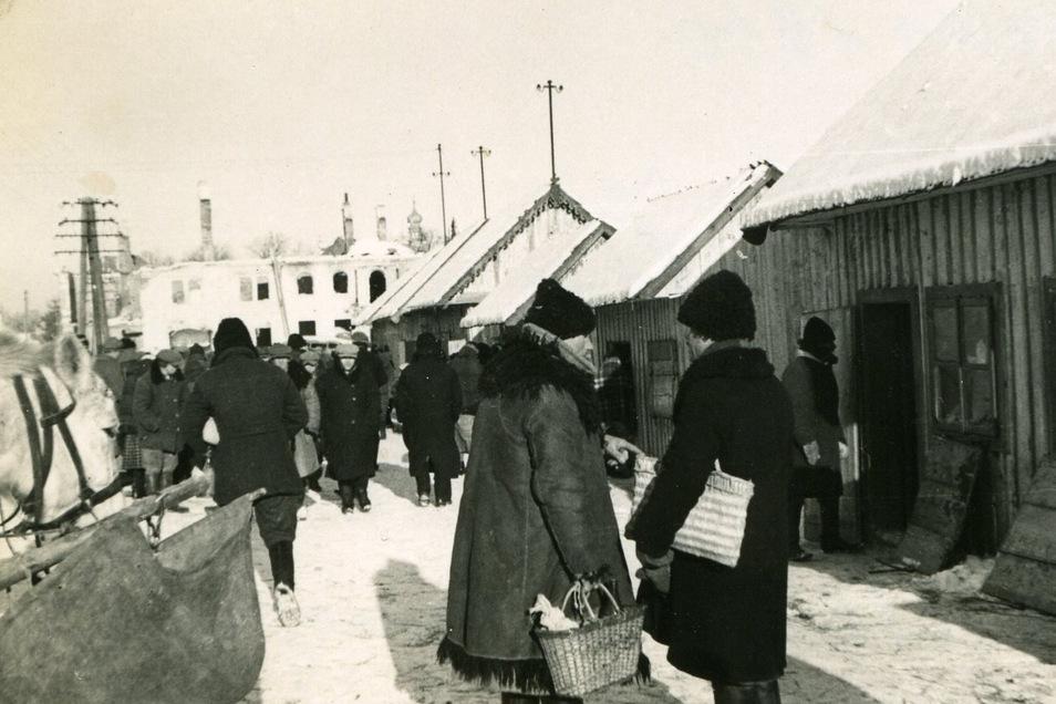 """""""Man lebt hier sehr primitiv."""" Straßenszene am Markttag im ostpolnischen Städtchen Tarnogrod Anfang 1940."""