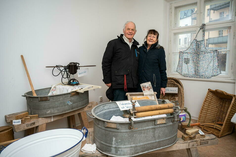 Reinhard und Heiderose Starke in der Wäscheausstellung. Die meisten der Objekte trugen sie selbst zusammen.