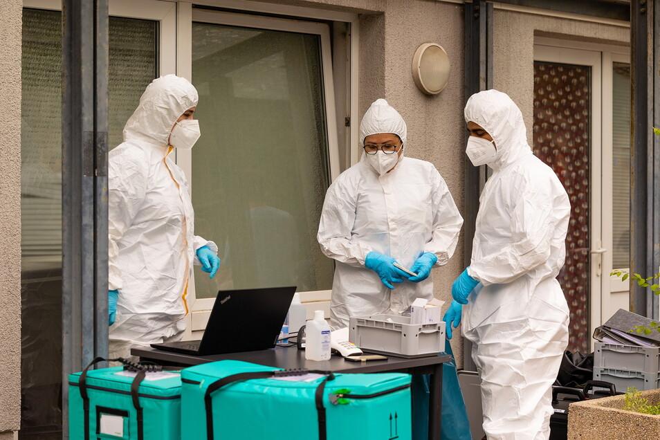 Im Laufe des Freitags wurden alle Bewohner des Studentenwohnheims mit PCR-Tests auf eine mögliche Coronavirus-Infektion getestet. Positiv-Fälle werden sequenziert, also auf Virusvarianten überprüft.