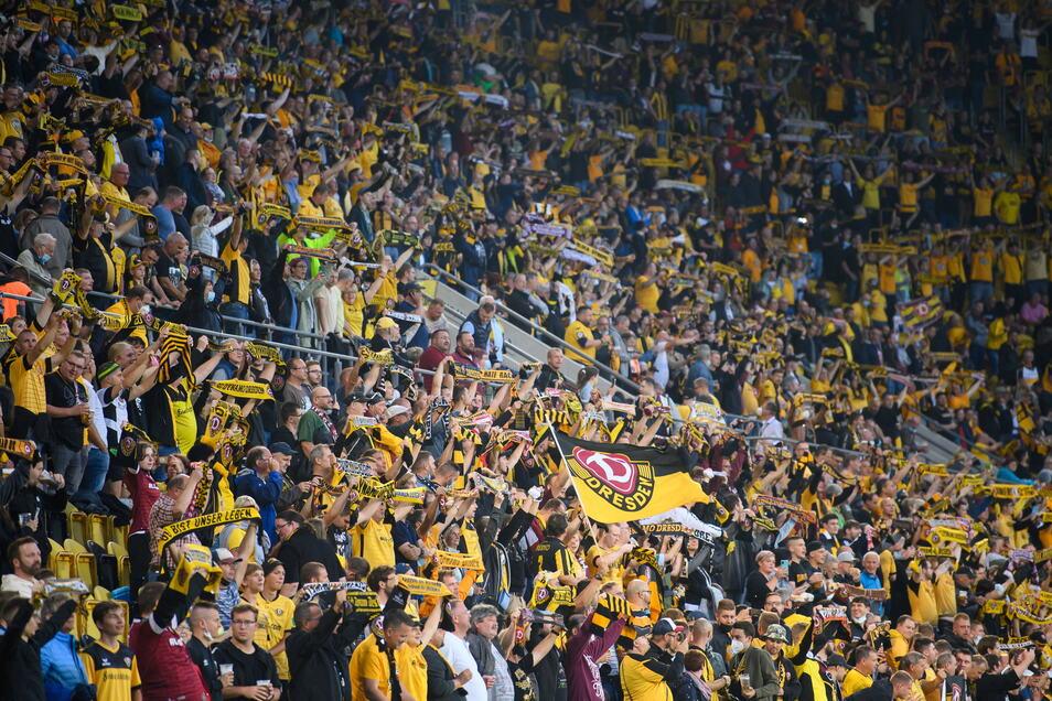 Das Spiel läuft, und das Rudolf-Harbig-Stadion ist unter Corona-Auflagen gut gefüllt. Mehr als 10.000 Zuschauer sind gekommen.