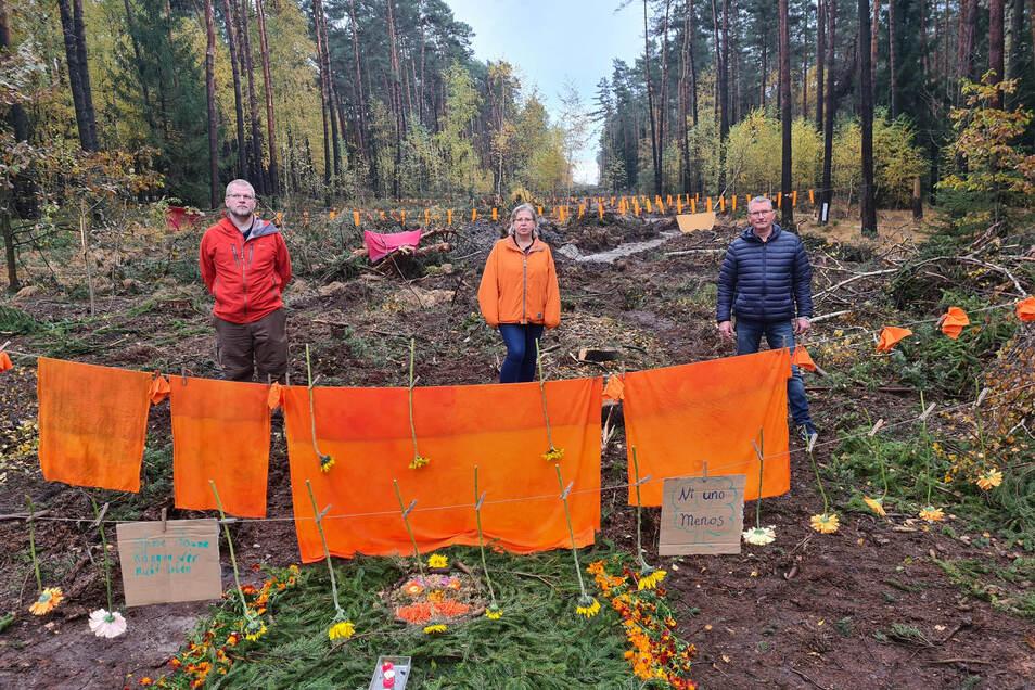 Heiko Richter (links) und zwei weitere Mitstreiter der Bürgerinitiative Contra Kiesbau aus Würschnitz protestieren auf der Schneise für das geplante Förderband.