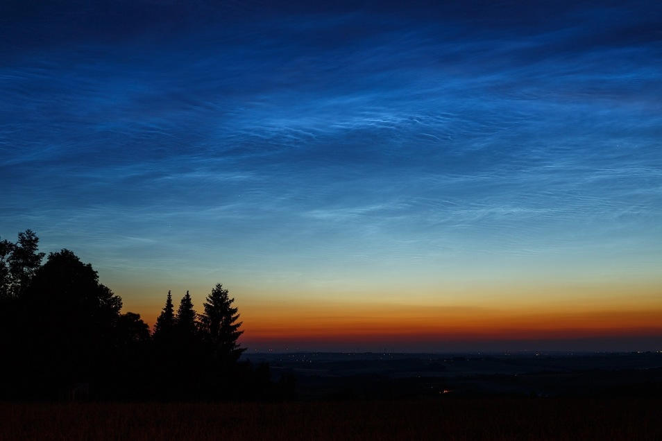 Leuchtende Nachtwolken  am Abend des 17. Juni über dem Landberg bei Herzogswalde.