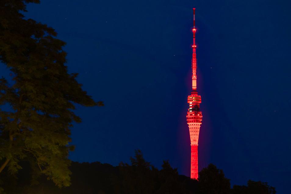 Kosten vorher so nicht absehbar? Nächtlich angestrahlter Dresdner Fernsehturm in der Night of Lights.