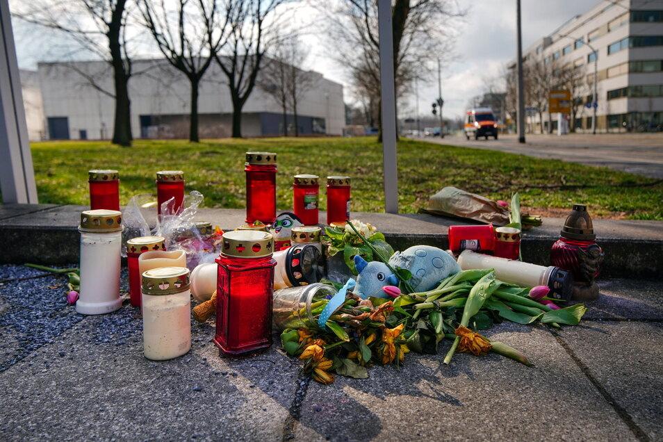 Kerzen, Blumen, Kuscheltiere: Viele Menschen denken offenbar an den verstorbenen Zweijährigen und dessen Familie.