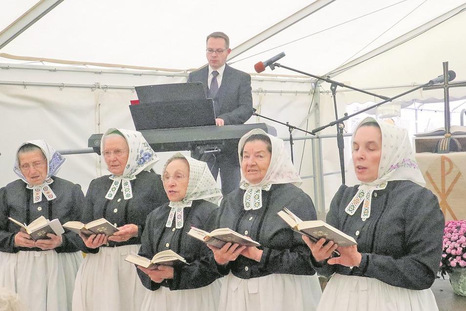 Regelmäßig begleiten die Rohner Stimmen Gottesdienste. Dazu gehört der Erntedankgottesdienst zur Eröffnung des Hoffestes auf dem Njepila-Hof Rohne am letzten Sonntag im September. Dabei tragen die Frauen die Tracht der Feldsängerinnen.