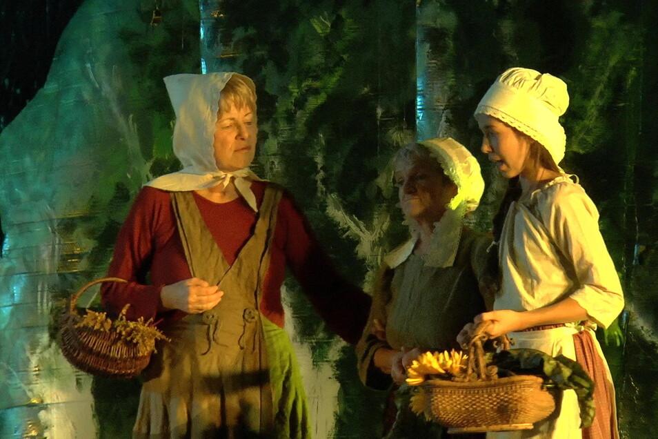Das Theaterstück mit Laiendarstellern in Siebenlehn war ein voller Erfolg. Das ist eine Szene mit Gudrun Hommel-Lückerath, Christa Rüb, Marlene Hammer (v.l.n.r.)