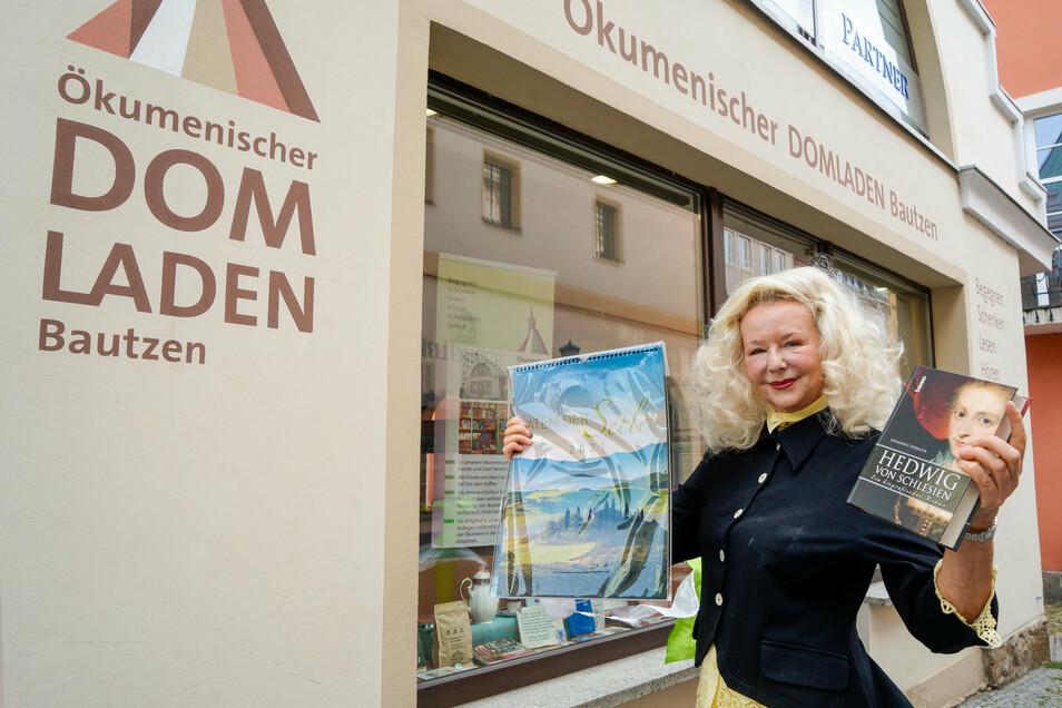 Beate Eulenstein gehört zum siebenköpfigen Team des Ökumenischen Domladens in Bautzen. Gedrucktes zu verkaufen, ist nur eine der vielfältigen Aufgaben.