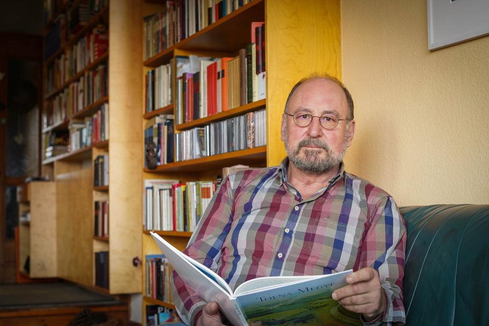 Die Feuerwehruniform hängt jetzt im Schrank, der langjährige Kreisbrandmeister Manfred Pethran geht in den Ruhestand - und kann sich endlich mal ohne Zeitdruck den vielen Büchern im Haus widmen.