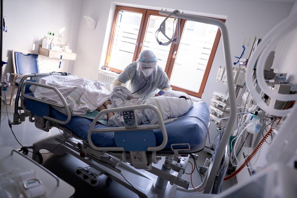 Was wollen die Parteien in der Pflege und im Gesundheitswesen verändern? Der SZ-Wahlcheck gibt die Antwort.