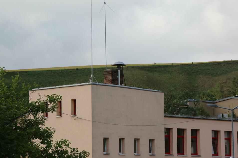 Auf dem Gerätehaus der Feuerwehr ist die Sirene installiert worden.