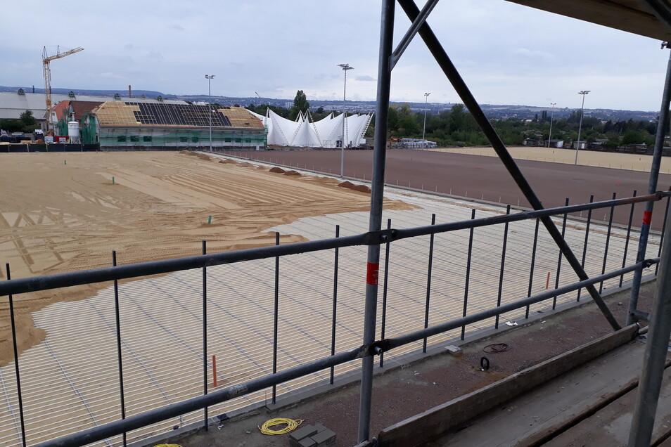 Auf dem dritten Trainingsplatz ist noch die Rasenheizung zu sehen, doch bald wird auch hier Rasen gesät.