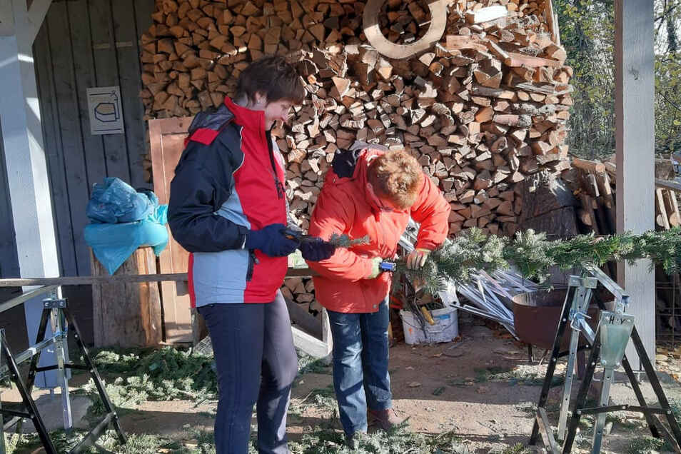 In Vorbereitung des Weihnachtsmarktes sorgen die Frauen vom Heimatverein Nieder Seifersdorf auch für die Dekoration im Städt'l.