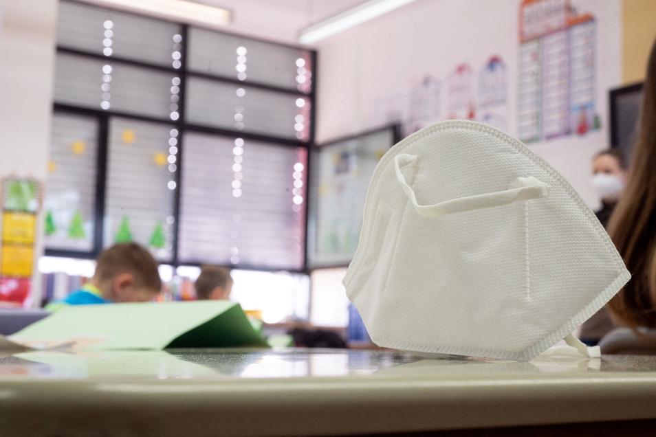 Im Schulgebäude müssen Lehrer und Schüler eine Maske tragen.