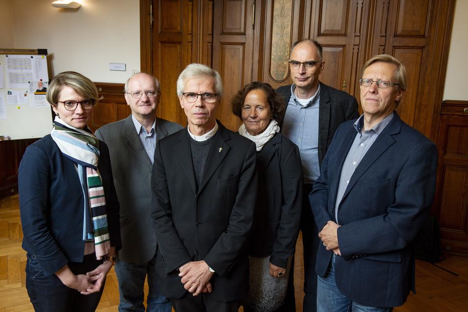 Dieses Bild mit Generalvikar Alfred Hoffmann (3. v. li.), Monika Kasper (4. v. l.) und Andreas Oyen (re.) entstand, als das Bistum Görlitz seine Untersuchung zum sexuellen Missbrauch von Kindern durch Priester 2018 vorstellte.