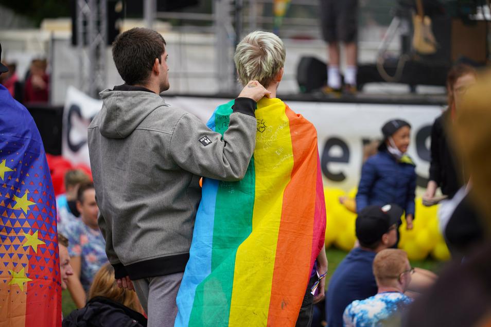 CSD-Kundgebung im Dresdner Alaunpark: Die Regenbogenflagge ist allgegenwärtig.