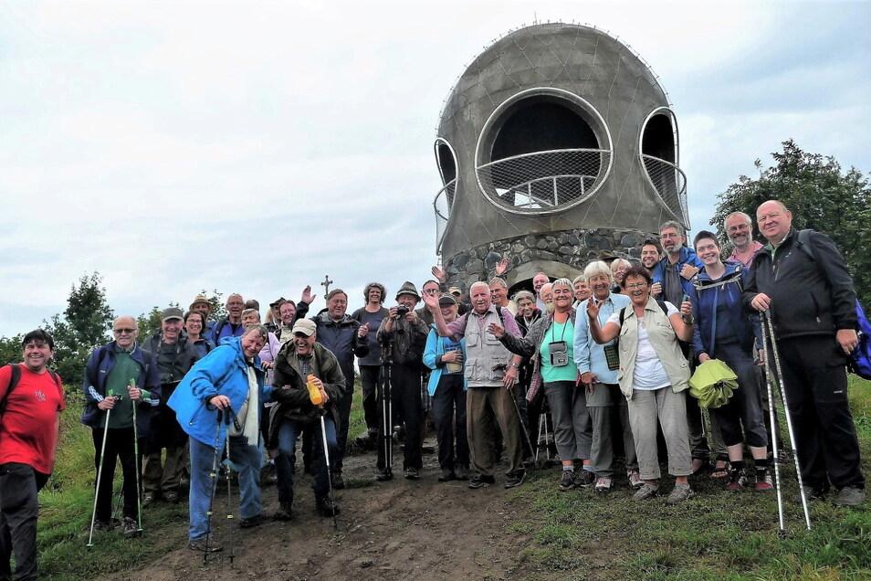 Freundschaftswanderung 2021 zum Hutberg, Organisator Klaus Fiedler (M., graue Weste): Trotz Regen über 50 Teilnehmer.