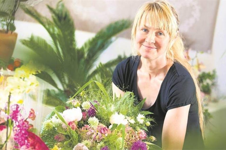 Anja Odrich hat ihren Blumenladen in der alten Leuchtenfabrik neu eröffnet. Die Familie will erst einmal ankommen. Im Blick hat sie weiterhin die Sache mit der Überwinterungsmöglichkeit für die Pflanzen der Arnsdorfer. Doch das muss sie erst einmal mit ih