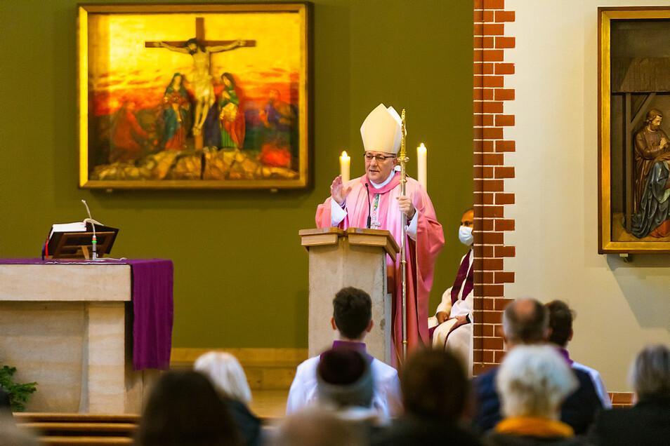 Die liturgische Farbe des Gaudete-Sonntags ist Rosa. Dementsprechend war Bischof Wolfgang Ipolt bei der gemeinsamen Eucharistiefeier gekleidet.