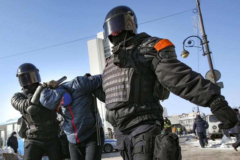 Polizisten verhaften in Wladiwostok einen Mann während einer Demonstration gegen die Inhaftierung des Kremlkritikers Nawalny.
