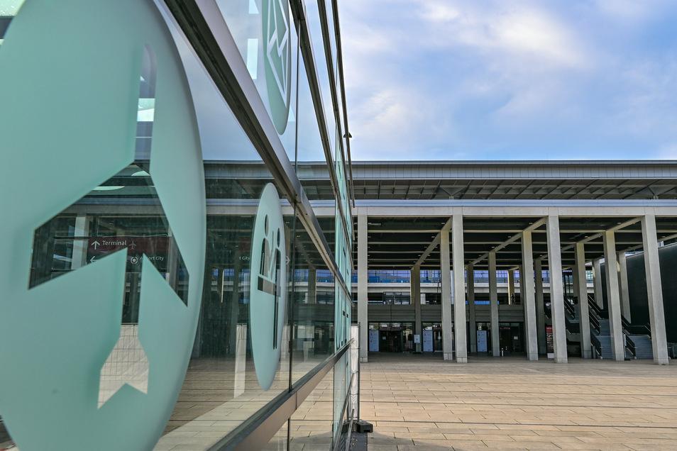 Blick auf das Hauptterminal vom Flughafen Berlin Brandenburg (BER). Der Hauptstadtflughafen soll am 31.10. eröffnet werden.