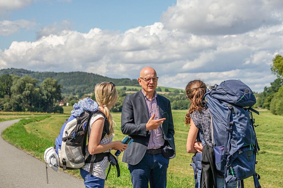 Am zweiten Tag der SZ-Wahlwanderung waren die Reporterinnen  Marleen Hollenbach (l.) und Theresa Hellwig zwischen Schirgiswalde und Obergurig unterwegs. In Großpostwitz sprachen sie mit dem Geschäftsführer der Firma Ontex, Jürgen Preusche.