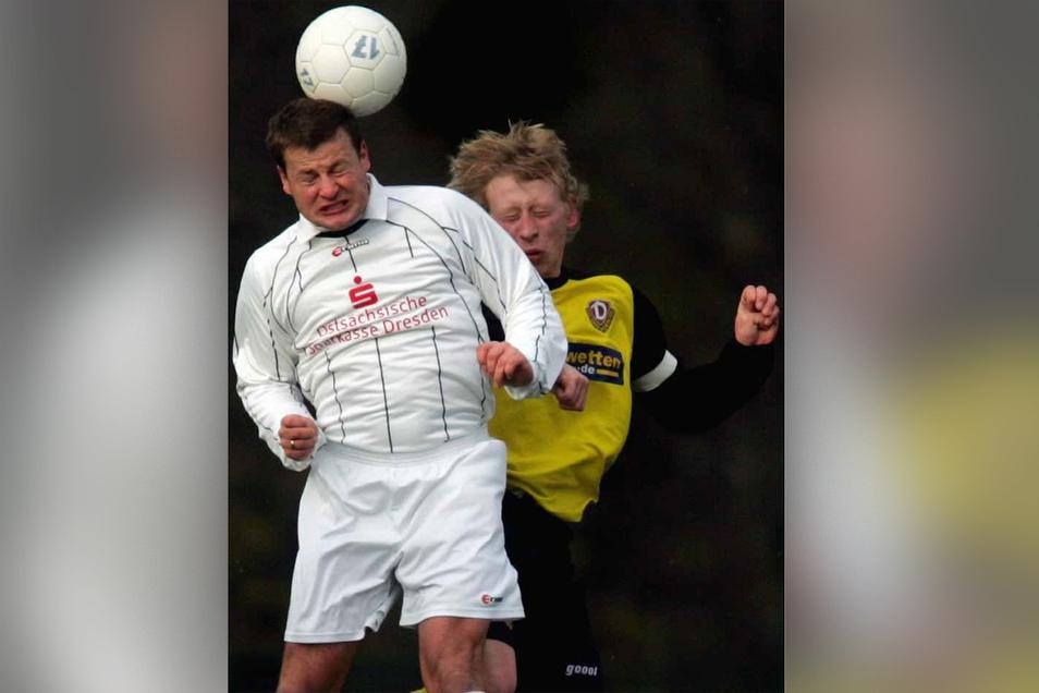 Matthias Maucksch (vorn) 2004 beim erfolgreichen Kopfballduell mit Silvio Bär. 2006 beendete er seine Laufbahn beim VfL Pirna.