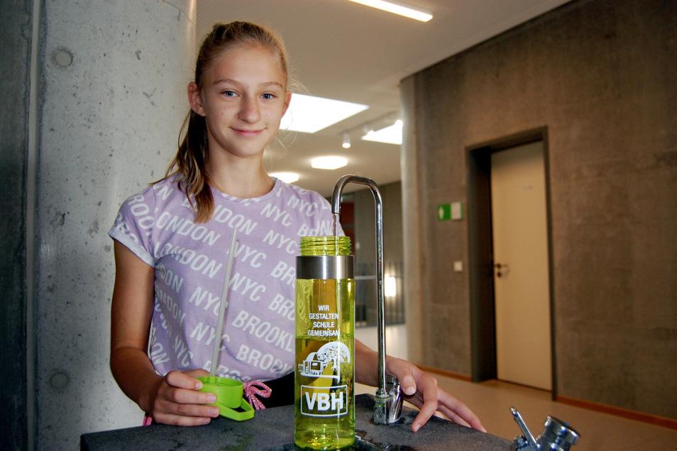 Schülerin Nikola aus der Klasse 5a testete gleich mal das Befüllen ihrer neuen Flasche.