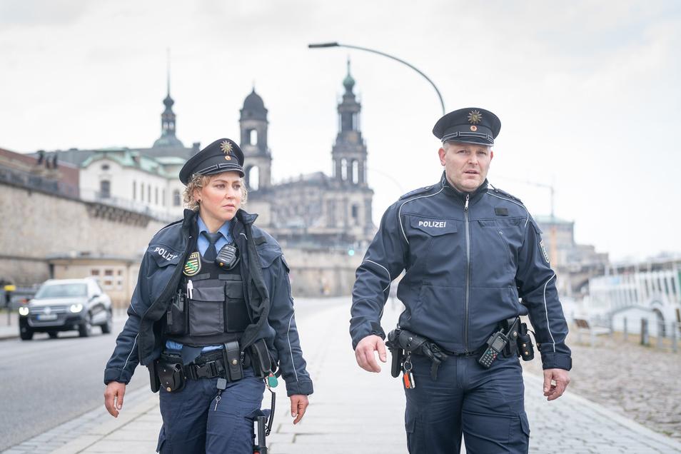 Stephanie und Marco von der Polizeidirektion Dresden-Mitte bilden in Corona-Zeiten ein festes Team. Hier sind sie gerade am Dresdner Terrassenufer unterwegs.