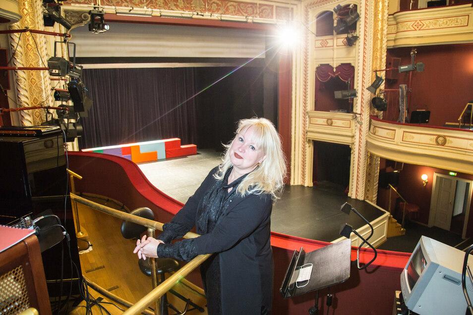 """Die Opernsängerin Yvonne Reich spielt zurzeit die Rolle einer früheren Theaterdiva im Solostück """"Diven sterben einsam"""" am Gerhart-Hauptmann-Theater."""