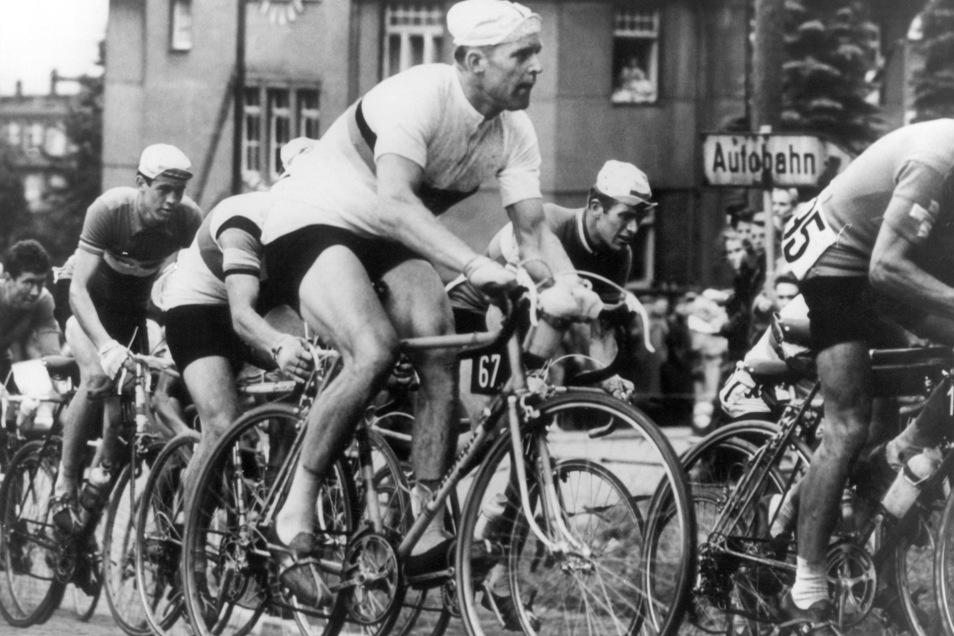 Gustav-Adolf, genannt Täve, Schur (M.) hat viel gewonnen, aber er war vor allem ein Team-Sportler. So machte er bei der Weltmeisterschaft 1960 auf dem Sachsenring mit einem taktischen Manöver den Weg zum Sieg für Bernhard Eckstein frei.