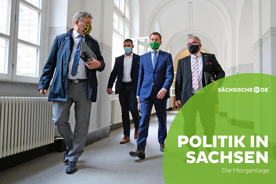 Bert Wendsche, Präsident des Städte- und Gemeindetages, Michael Kretschmer, Ministerpräsident von Sachsen, und Frank Vogel, Landkreistags-Präsident (v. l.), gehen nach dem Abschluss eines Treffens mit Landräten und Bürgermeistern in der Sächsischen
